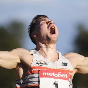 Elmo Lakka firar segern i Jyväskylä.