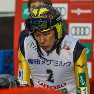 Noriaki Kasai studerar resultatlista.