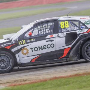 NIclas Grönholm kör sin bil.