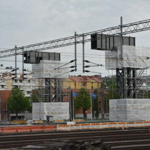 Över järnvägen står tre pelare som den kommande Logomobron ska hänga i.