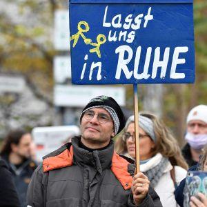 Protester i berlin mot coronarestriktioner