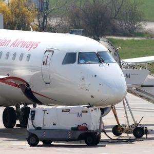 Ett Georgian Airways-flygplan på plattan.