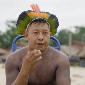 Xikrin-alkuperäiskansaan kuuluva mies