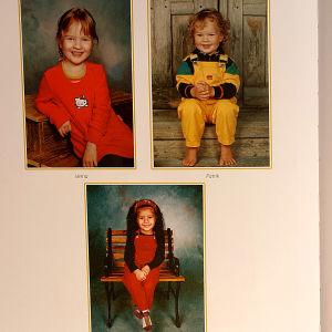 Aukeama valokuva-albumista, jossa vasemmalla kuvat kolmesta lapsesta ja oikealla Arja Korisevasta miehensä kanssa.