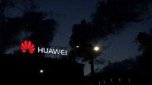 Huaweis logo i mörkret.