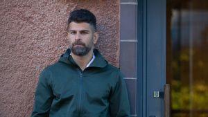"""Polisen Hanif Azizi har tillsammans med Markus Lutteman gett ut boken """"Förortssnuten"""". 2021."""