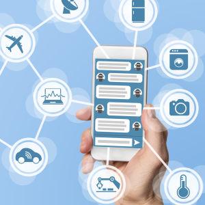 En mobiltelefon med bilder på olika apparater som den kan tänkas kommunicera med.