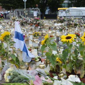 Ett hav av ljus och blommor på Salutorget i Åbo