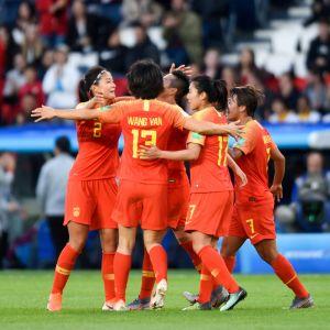Kinas fotbollsdamer firar 1–0-målet i VM-matchen mot Sydafrika 2019.