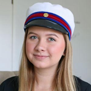 Melissa Enestam poserar emd examenshatt.