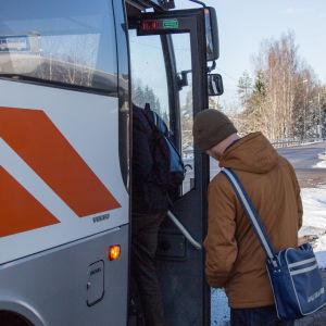 bild på en man som står vid bussen