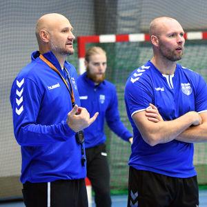 Joonas Klama försöker imponera på tränarna Ola Lindgren och Teddy Nordling under sitt första träningspass med herrlandslaget i handboll.
