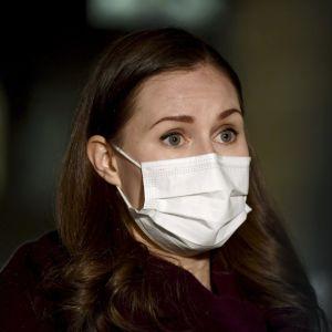 Sanna Marin i munskydd.