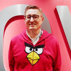 Kaj Hed, päällään Angry Birds -huppari, taustalla Rovio-teksti