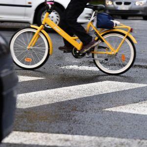 Bil som stannat för en cyklist