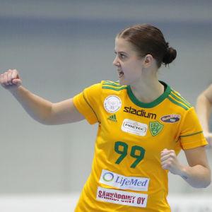 Saara Lehtola höjer näven framför Matilda Sjöstedt.