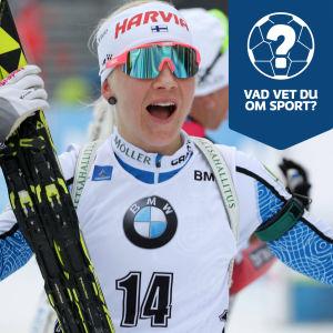 Kaisa Mäkäräinen ser glad ut, iklädd skidmundering och med ett par skidor i handen.
