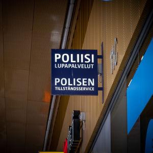 Poliisin lupapalvelupisteestä kertova kyltti Dixissä, Vantaalla.