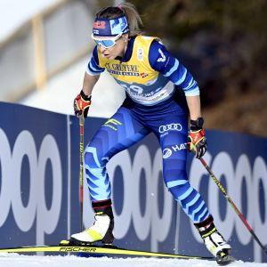 Riitta-Liisa Roponen skidar uppför backe.