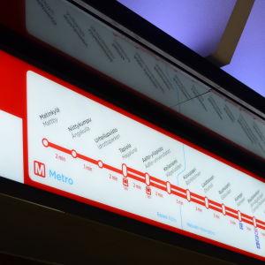 informationsskylt som visar metrolinjen från Mattby till Nordsjö och Mellungsbacka