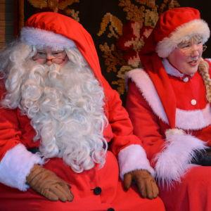 Julgubben och tomtemor sitter bredvid varandra.