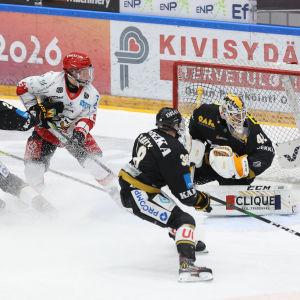 Sports Janne Keränen försöker få hål på Kärpäts målvakt Patrik Rybar.