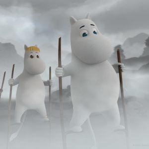 Muumipeikko, Niiskuneiti, Nipsu sekä Nuuskamuikkunen kävelevät puujaloilla usvaisessa maisemassa.