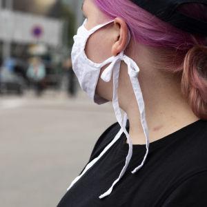Nainen Helsingissä hengityssuojain naamallaan 04.07.2020.