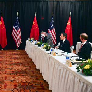 Representanter för USA och Kina samlade runt bord i första toppmötet mellan länderna under Joe Bidens presidentperiod.