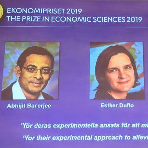 Bilder på de tre mottagarna på en skärm vid presskonferensen.