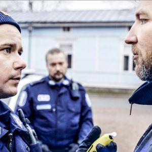 Polisen Charles och konsnären Ib möts i dramaserien Lola uppochner.