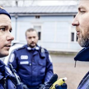 Poliisi Charles (Willehard Korander) ja taiteilija Ib (Geoffrey Newland) tapaavat.