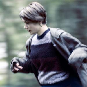 Ca Bäck (Mimosa Willamo) pakenee arkeaan draamasarjassa Lola ylösalaisin.