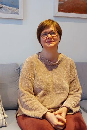 Johanna Björksten pratar med sjukhusmusiker Anna Brummer sittande i sin vardagsrumssoffa. 2021.