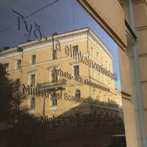 Vackert stenhus speglar sig i Arbets- och näringsministeriets skylt.