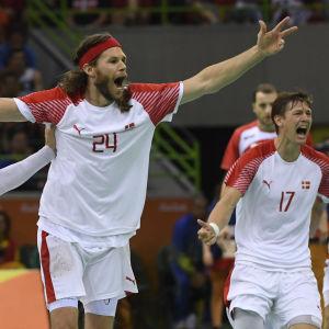 Danmarks handbollsherrar firar finalplats i Rio.