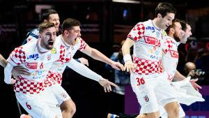 Kroatiens handbollslandslag firar.