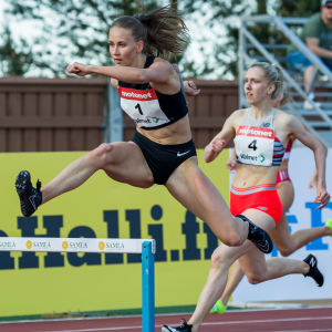 Viivi Lehikoinen springer över en häck.