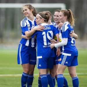 HJK firar ett mål mot TiPS.