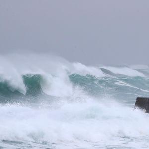 Havet stormar utanför staden Seogwipo på den sydkoreanska ön Jeju. Tyfonen Haishen härjar i området.