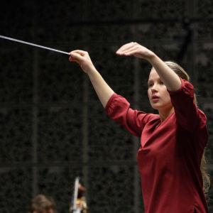 Emilia Hoving johtaa orkesteria.