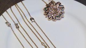 guldhalsband, smycket är en blomma, dahlia