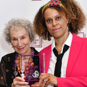 Margaret Atwood och Bernardine Evaristo visar upp Booker statyetten.