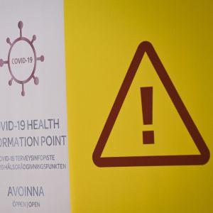 Covid-19-skylt på Helsingfors-Vanda flygplats.
