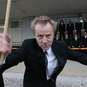 Tuomas Toivonen, Petri Sirviö ja mieskuoro Huutajat Oulun SOK:n vanhan talon luona ohjelmassa Suojele minua!