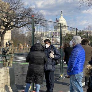 Bidenanhängare står utanför stängslen som satts upp runt Capitolium.