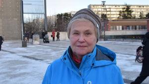 Barbro Löfgren är 65+ coach och promenerar med seniorer en gång i veckan i Nordsjö, Helsingfors.