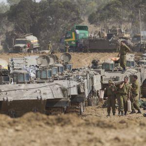 Israeliska trupper mobilisera sig vid gränsen till Gaza.
