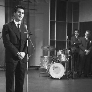 Italialainen laulaja Umberto Marcato esiintyy Helsingin Työväenopistolla Iskelmäkarusellissa vuonna 1961.