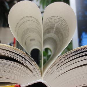 Bok med sidor formade som ett hjärta.